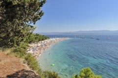 Bol ö av Brac, Kroatien - Augusti 15, 2011: Zlatni tjaller stranden Royaltyfri Bild