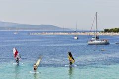 Bol ö av Brac, Kroatien - Augusti 14, 2011: Zlatni tjaller stranden Arkivbild