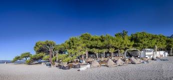 Bol ö av Brac, Kroatien - Juli 23, 2016: Den Aurum klubban på Zlatni tjaller stranden Arkivfoton