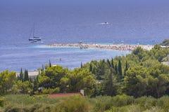 Bol ö av Brac, Kroatien - Juli 23, 2016: Zlatni tjaller stranden Arkivbild