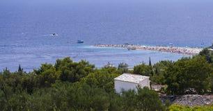 Bol ö av Brac, Kroatien - Juli 23, 2016: Zlatni tjaller stranden Fotografering för Bildbyråer