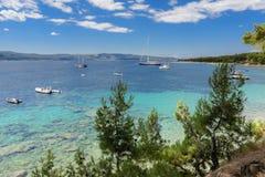 Bol ö av Brac, Kroatien - Juli 17, 2016: Zlatni tjaller stranden Royaltyfri Bild