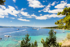 Bol ö av Brac, Kroatien - Juli 17, 2016: Zlatni tjaller stranden Arkivbilder