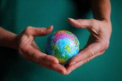Bol, aarde in menselijke hand stock afbeelding
