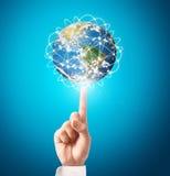 Bol, aarde in menselijke hand Stock Foto