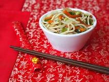 Bol blanc de nouilles chinoises Photos libres de droits