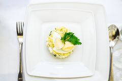 Bol blanc de salade d'oeufs deviled sur la table photographie stock libre de droits