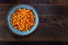 Bol bleu de bonbons au maïs avec l'espace de copie photo libre de droits