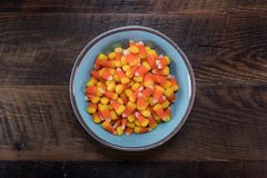 Bol bleu de bonbons au maïs centré photo stock