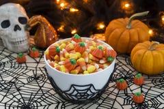 Bol complètement de bonbons au maïs dans un thème de Halloween Photo stock