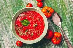 Bol décoré de soupe à tomate photographie stock libre de droits