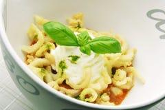 Bol d'apéritif de Gazpacho avec le calmar et le Basil M de Fried Calamari Image stock