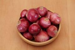 Bol d'oignons rouges image libre de droits