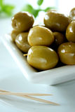 Bol d'olives vertes 2 Photographie stock libre de droits
