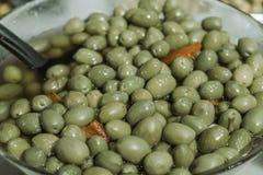 Bol d'olives vertes image stock
