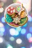 Bol de biscuits faits maison de pain d'épice de Noël Photographie stock libre de droits