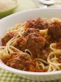 Bol de boulettes de viande de spaghetti en sauce tomate Images stock