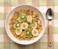 Bol de céréale de petit déjeuner avec la banane et le Kiwi Fruit Photos stock