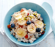 Bol de céréale de petit déjeuner complété avec le fruit Image stock