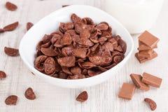 Bol de céréale et de lait de chocolat Image stock