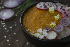 Bol de crème-soupe à légumes pour des bonnes santés Photos libres de droits