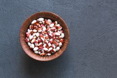 Bol de différents haricots sur la table en pierre, vue supérieure photos stock