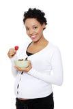 Bol de femme enceinte complètement de fraises. Images stock