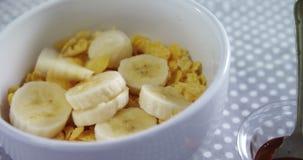 Bol de flocons d'avoine avec la banane 4k clips vidéos