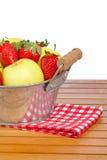 Bol de fraises et de pommes image stock