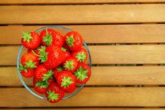 Bol de fraises sur le fond en bois Photo libre de droits