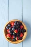 Bol de fruit d'été d'en haut images stock