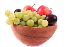 Bol de fruit mélangé frais dans la cuvette en bois Image libre de droits