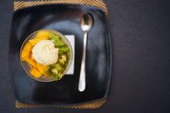 Bol de fruit refait le plein avec la crème glacée  Photographie stock