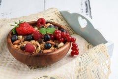Bol de granola faite maison avec du yaourt et les baies fraîches sur en bois photographie stock