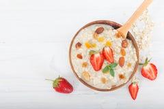 Bol de gruau fait maison frais de farine d'avoine avec des fraises Image stock