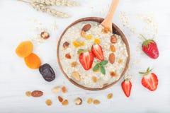 Bol de gruau de farine d'avoine avec des fraises Image libre de droits