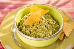 Bol de guacamole et de nachos, lumière du soleil Photographie stock libre de droits