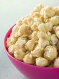 Bol de maïs éclaté de caramel photographie stock