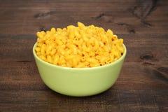Bol de macaronis au fromage photos libres de droits