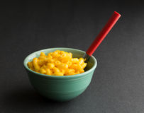 Bol de macaronis au fromage avec la cuillère photo libre de droits