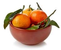 Bol de mandarines d'isolement sur le blanc Photo stock