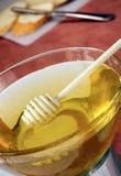 Bol de miel sur la table Photo stock