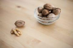 Bol de noix entières sur la table en bois Photographie stock
