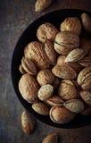 Bol de noix et d'amandes rustiques photo stock