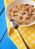 Bol de noix fraîches de farine d'avoine sur la nourriture de table de sarcelle d'hiver, chaude et saine rustique pour le petit dé Photo libre de droits