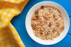 Bol de noix fraîches de farine d'avoine sur la nourriture de table de sarcelle d'hiver, chaude et saine rustique pour le petit dé Images stock