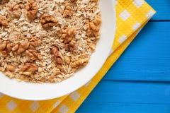 Bol de noix fraîches de farine d'avoine sur la nourriture de table de sarcelle d'hiver, chaude et saine rustique pour le petit dé Images libres de droits