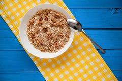 Bol de noix fraîches de farine d'avoine sur la nourriture de table de sarcelle d'hiver, chaude et saine rustique pour le petit dé Image stock