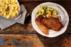 Bol de nouilles d'oeufs et de bifteck minuscule avec des veggies Photo libre de droits
