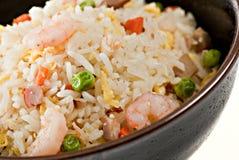 Bol de plan rapproché de riz de friture de Stir de crevette images stock